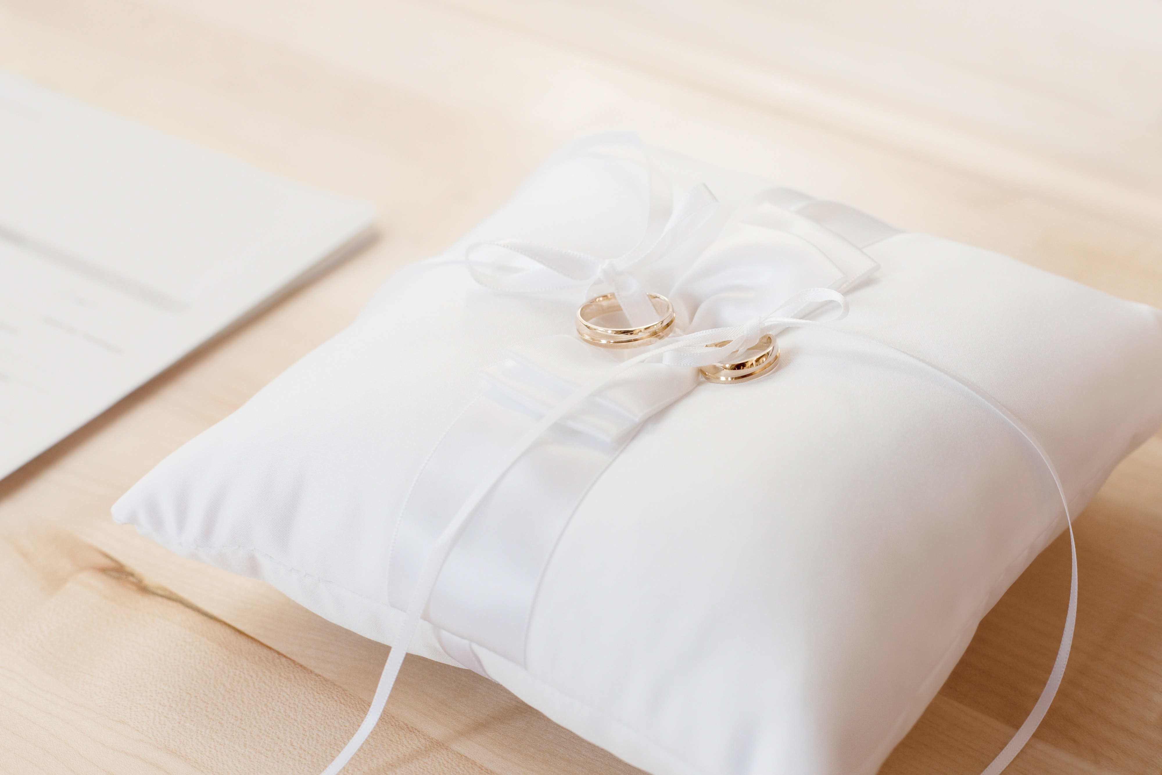 bed-bedroom-cushion-372225